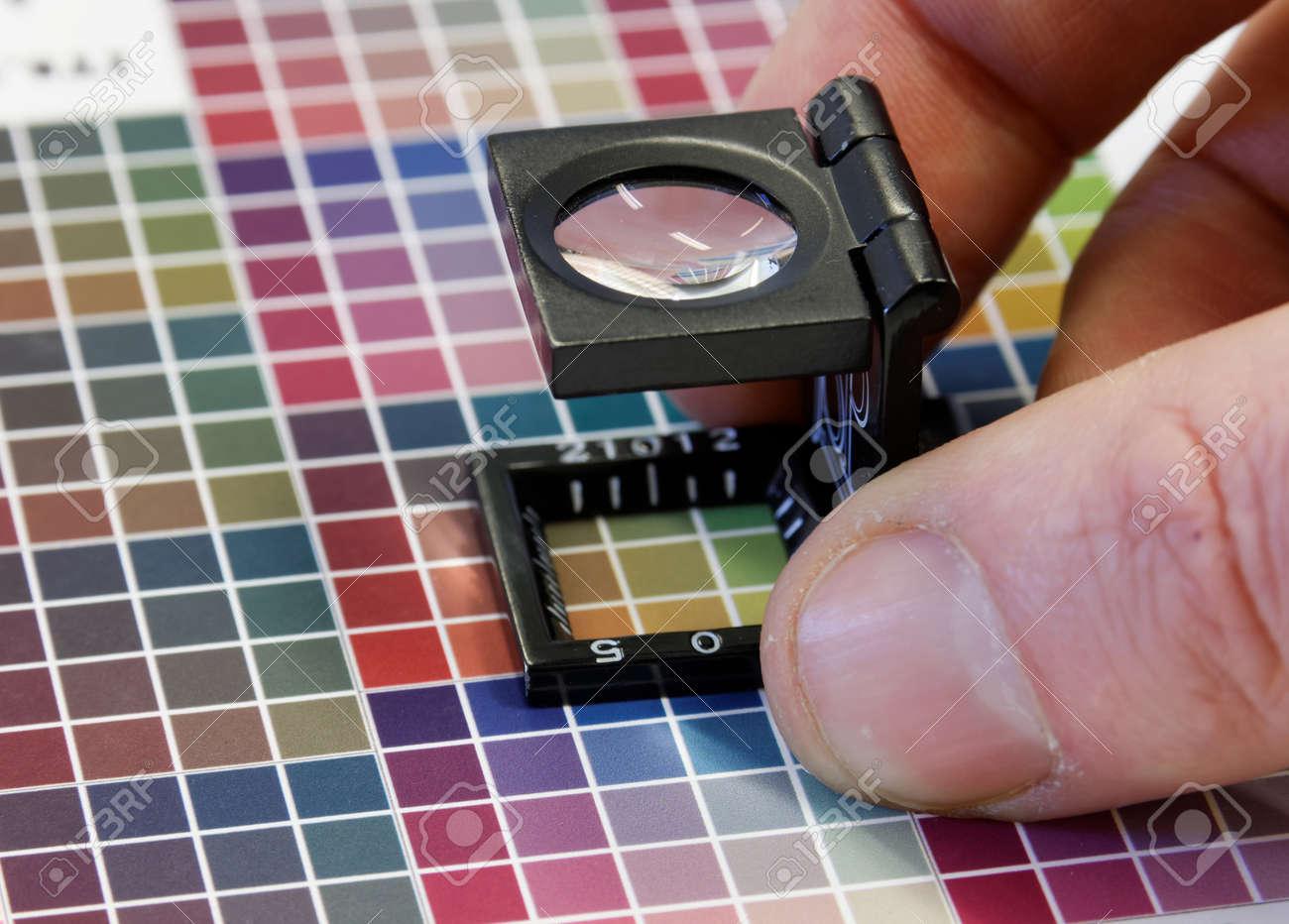 Primer Plano De Una Lupa En El Colorido, Prueba De Impresión De ...