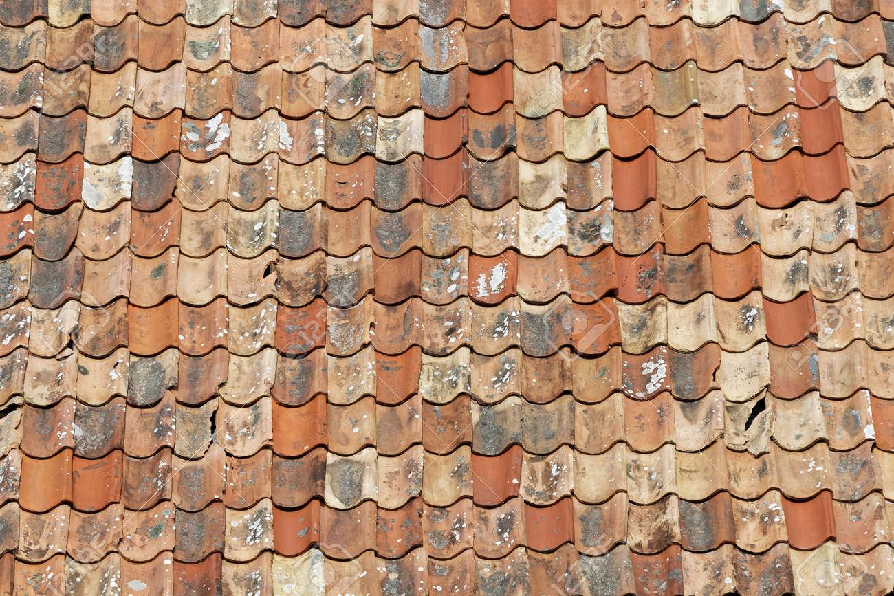 Tetto di tegole di età compresa in diverse tonalità di colore