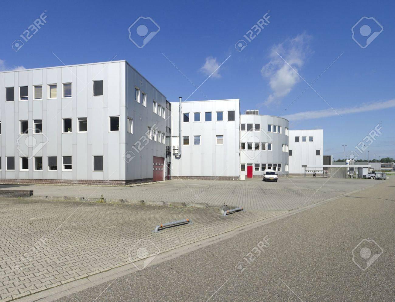 bâtiment industriel moderne avec un espace pour plusieurs