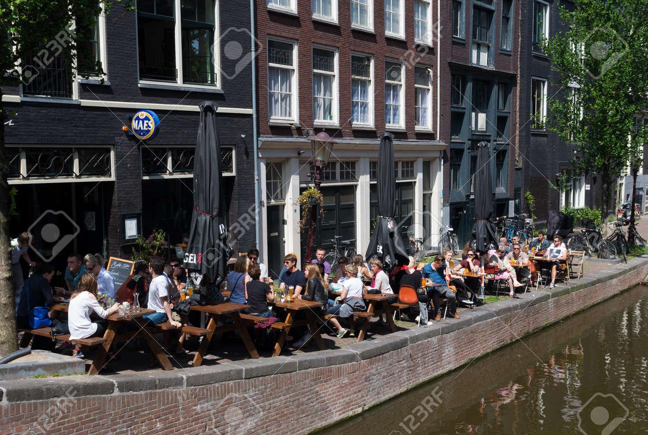 Persone Sedute Su Una Terrazza All Aperto Un Amsterdam Caffè In Città Ci Sono Più Di 1500 Bar E Caffè