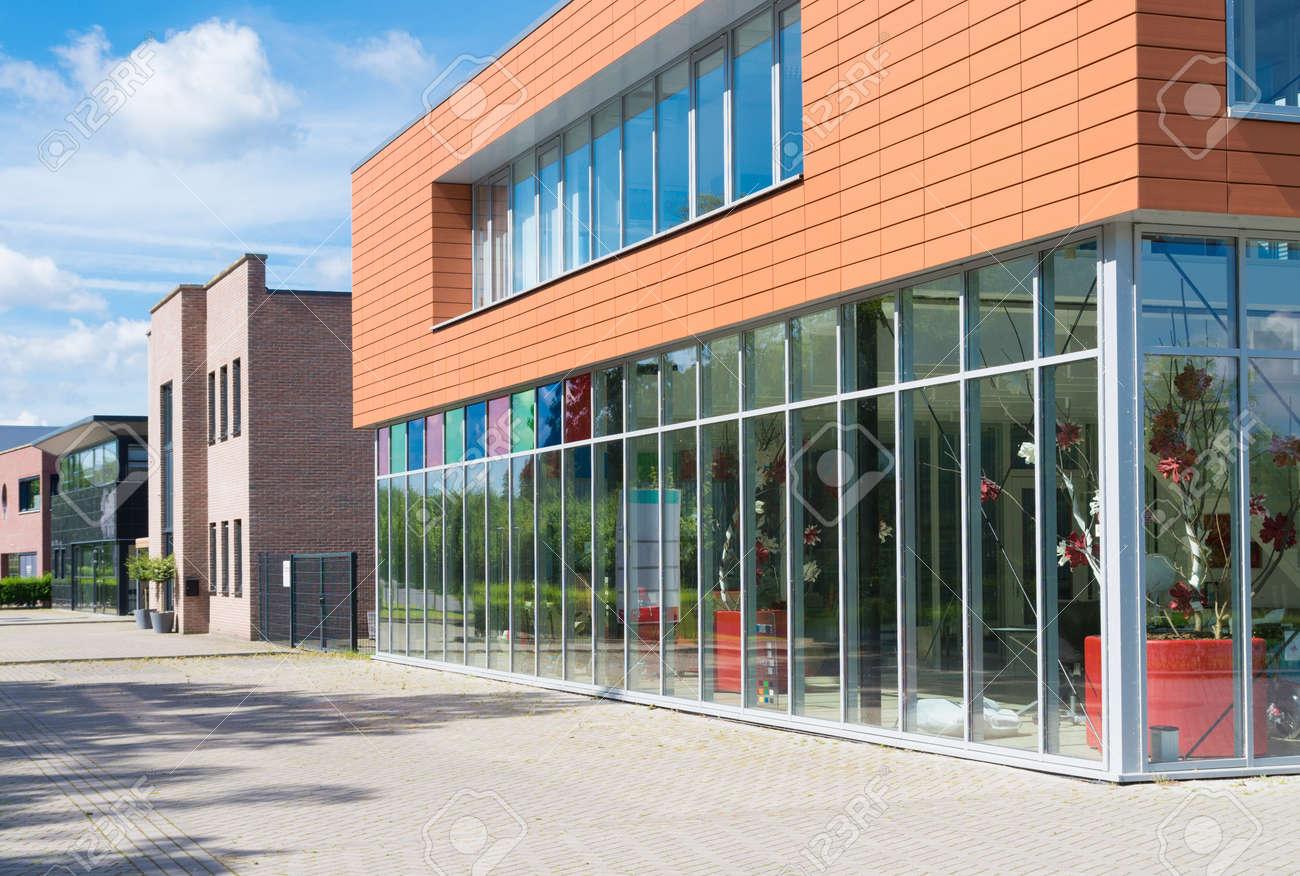 Extérieur dun petit immeuble de bureaux moderne banque dimages et