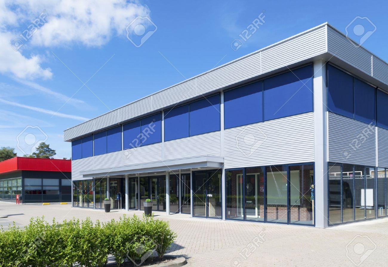 Extérieur d un petit immeuble de bureaux moderne banque d images