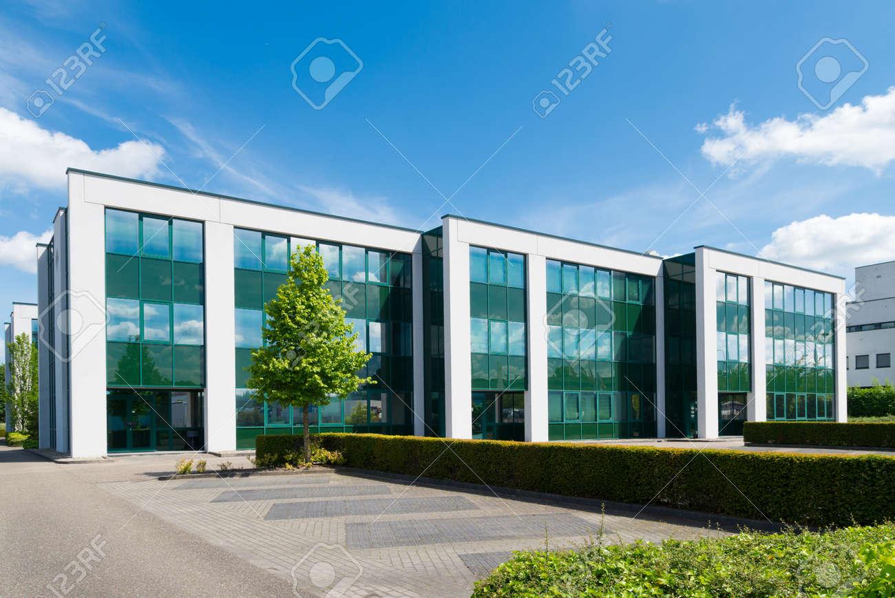 Extérieur dun immeuble de bureaux moderne banque dimages et photos