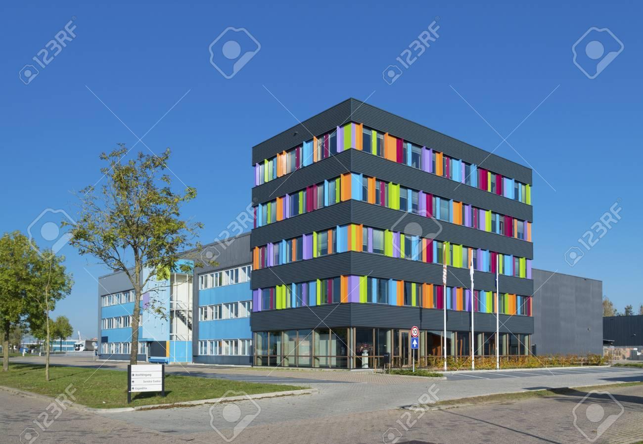 Extérieur moderne dun immeuble de bureaux coloré aux pays bas