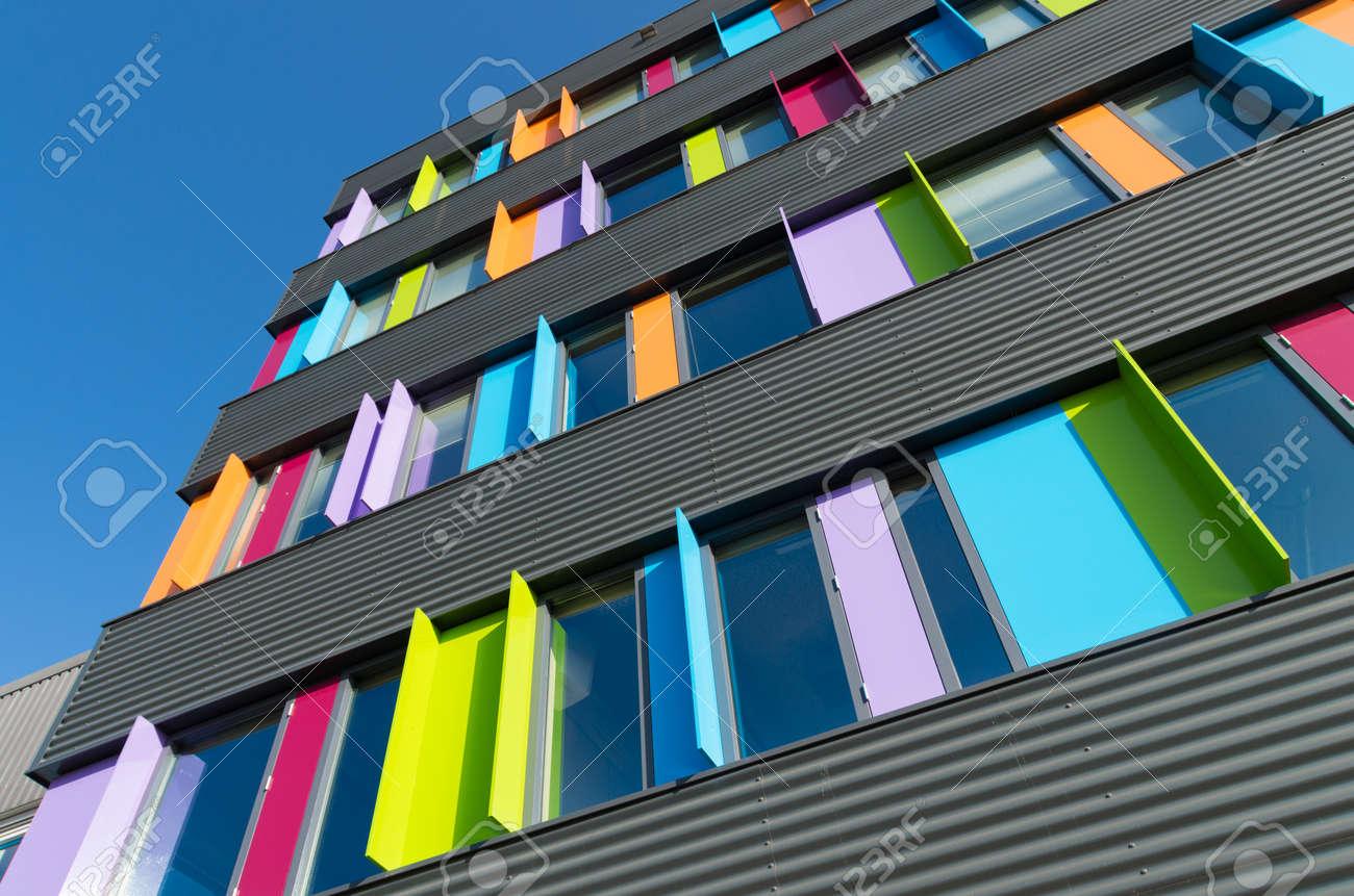 Modernes Äußeres Eines Bunten Bürogebäudes In Den Niederlanden ...