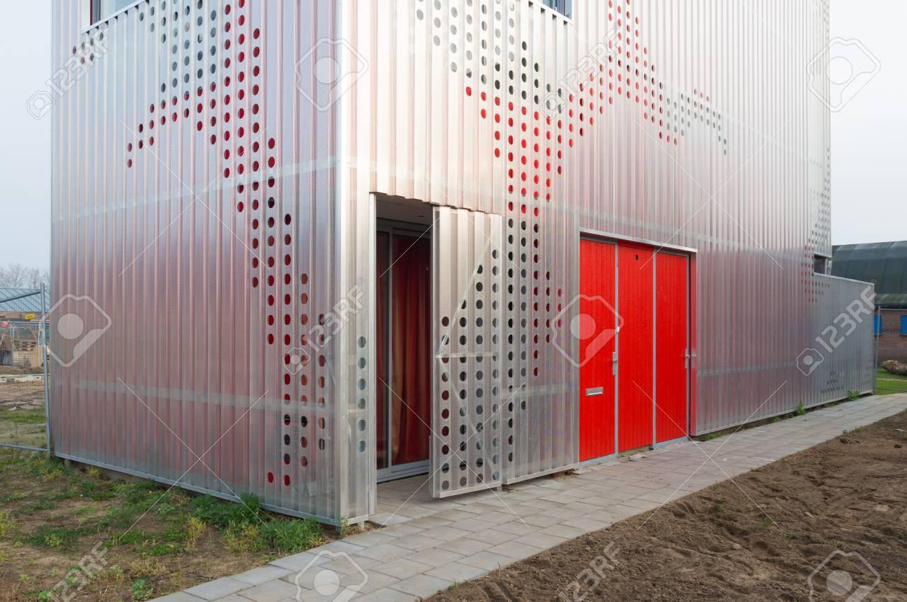 De Nueva Construcción Casa Moderna Rodeada Con Un Marco De Metal ...