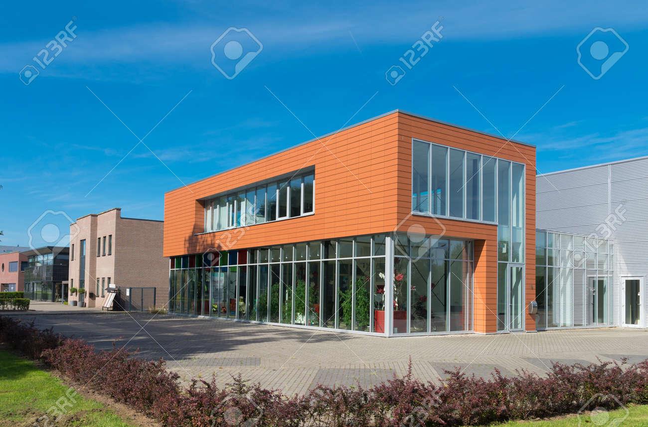 Extérieur d un immeuble de bureaux moderne avec salle d exposition