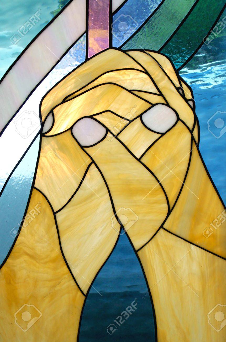 praying hands on stained glass in the church Banque d'images - 8766827