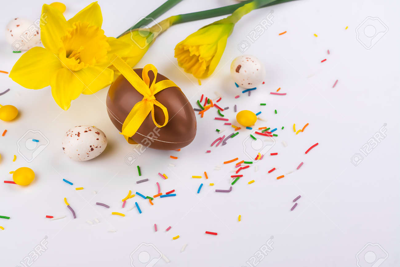 Easter background with flowers, eggs - 163373337