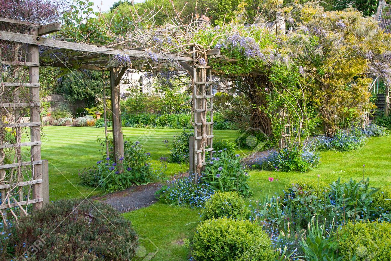 Walkway A Travers Un Jardin Anglais Banque D Images Et Photos Libres