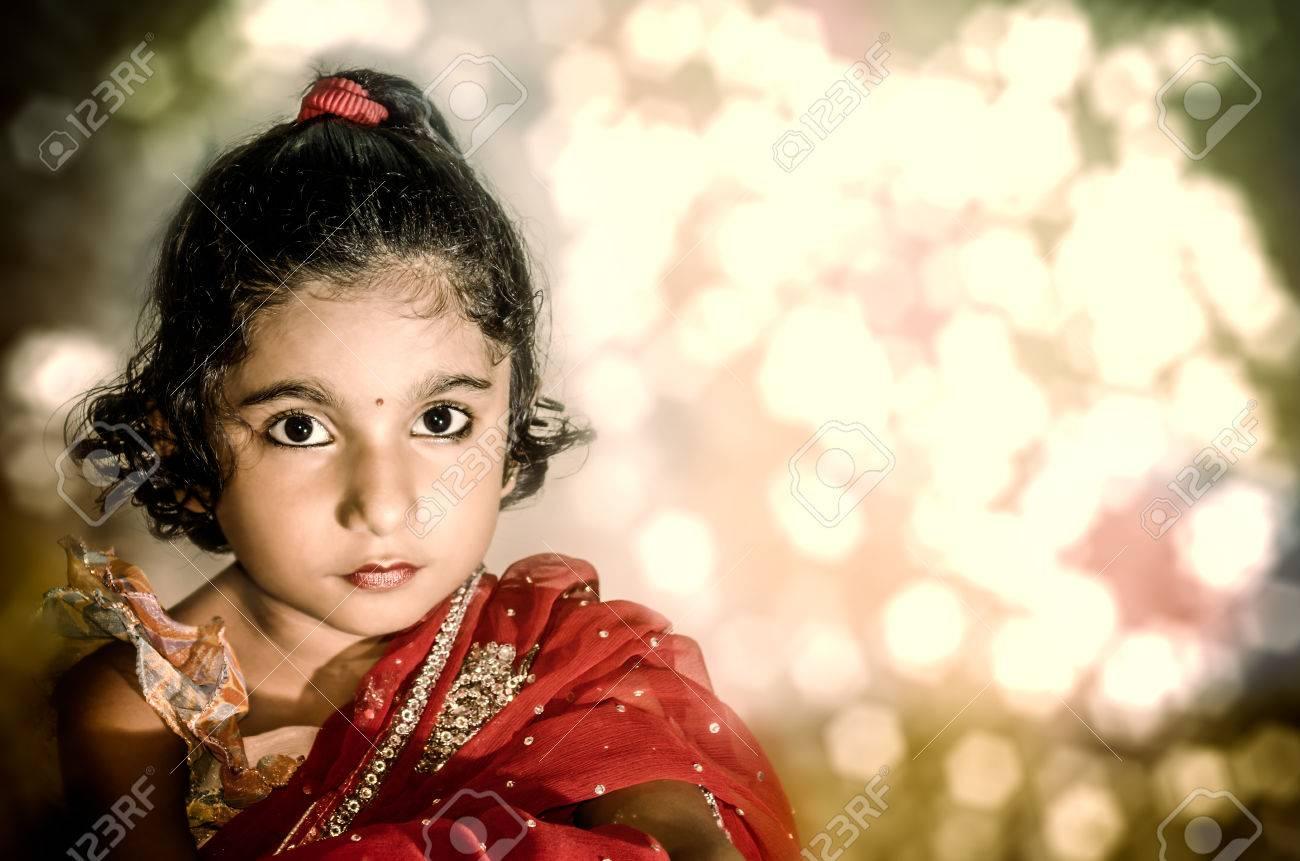 Mädchen Braut In Roten Sari, Die Kamera Mit Abstrakten Hintergrund ...