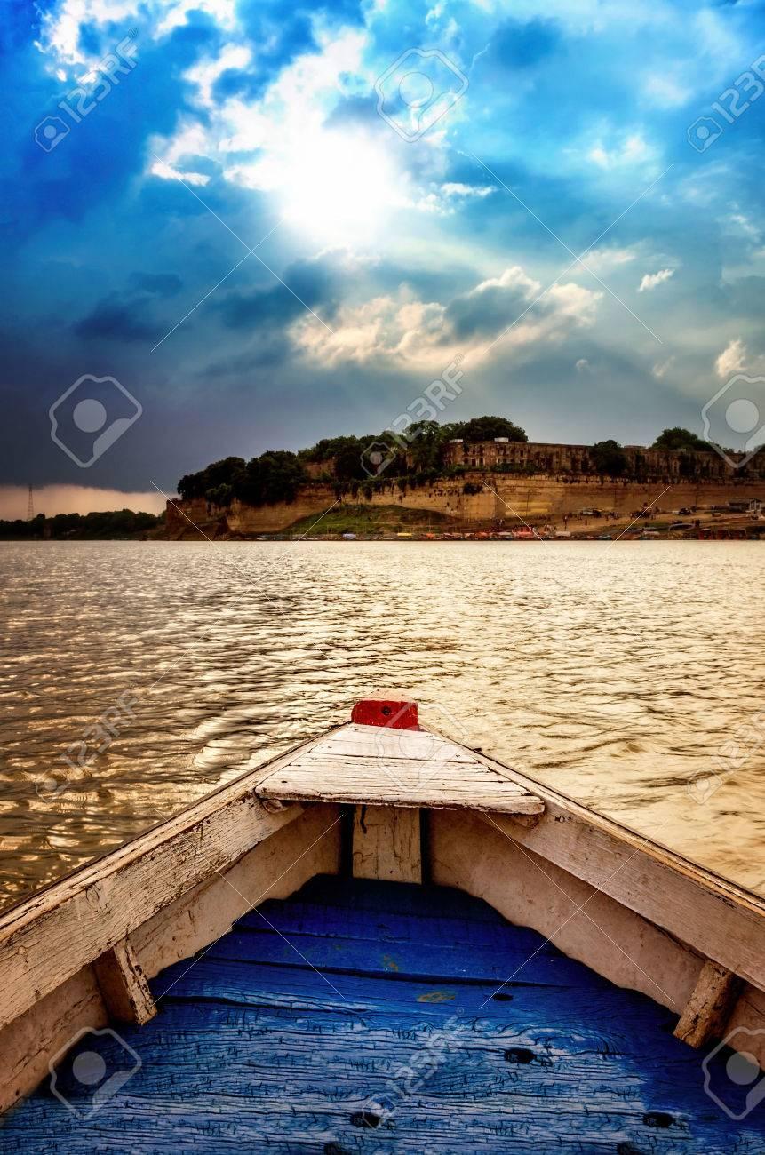 Grote Houten Boot.Grote Houten Boten In Het Water Met Een Bewolkte Hemel En