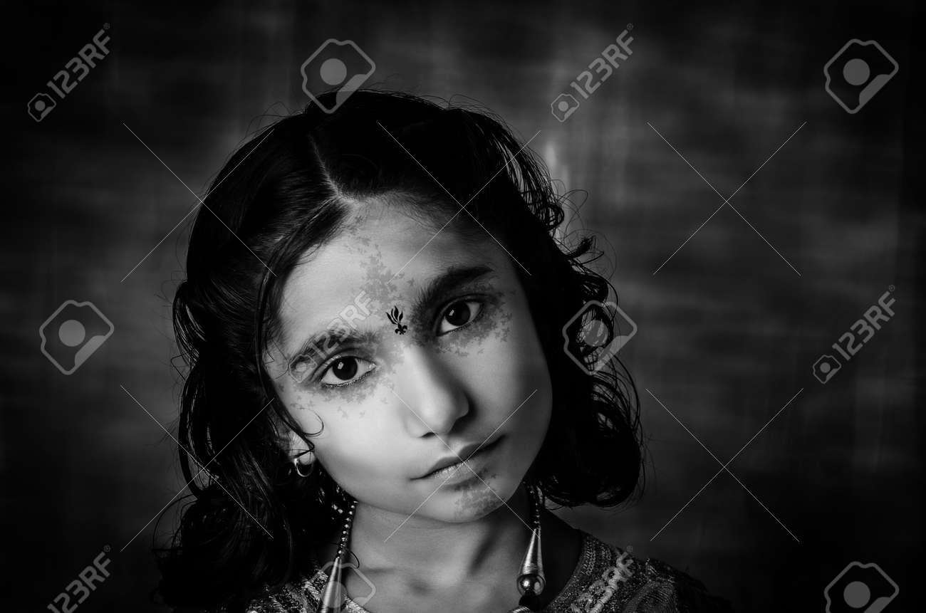 Banque d\u0027images , mannequin indienne asiatique filles closeup portrait avec  un léger maquillage et la coiffure et tribal tatoo de style de fille sur le