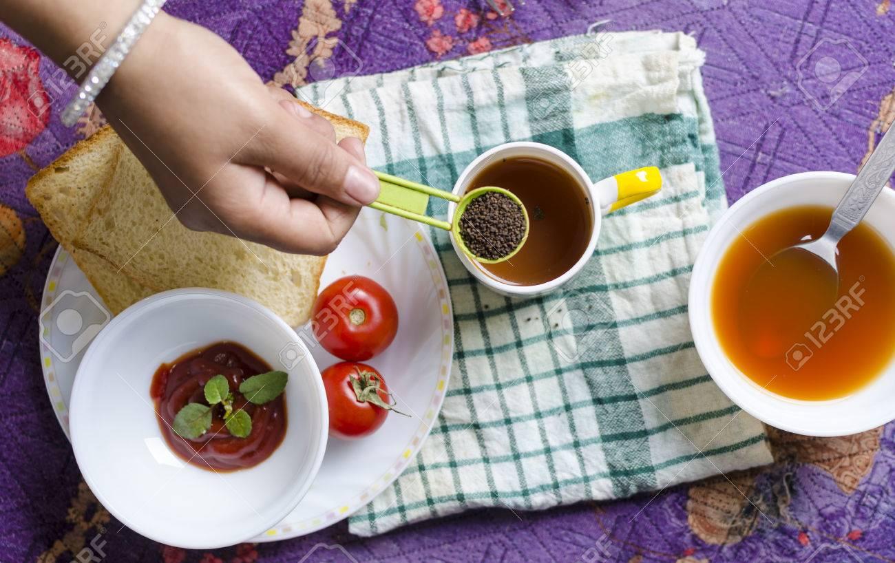 Hand Hält Gesund Schwarzer Tee In Tabelle Löffel Mit Frühstück