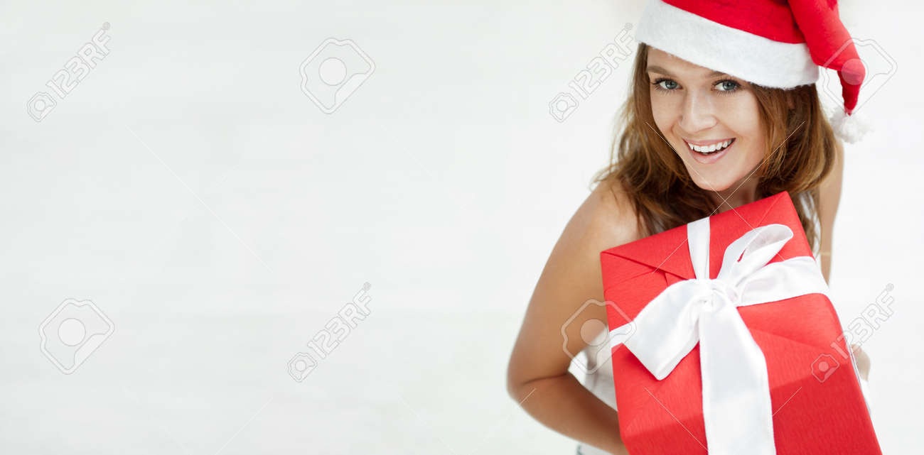 Junges Glückliches Mädchen In Weihnachtsmütze. Stehend Drinnen Und ...