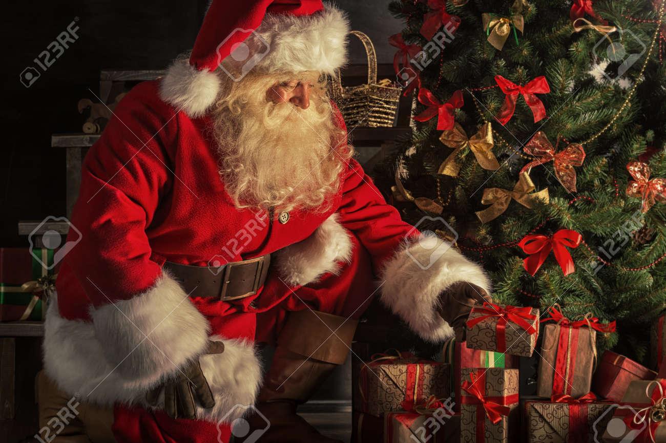 pap noel trajo regalos para la navidad santa est poniendo cajas de regalo bajo el