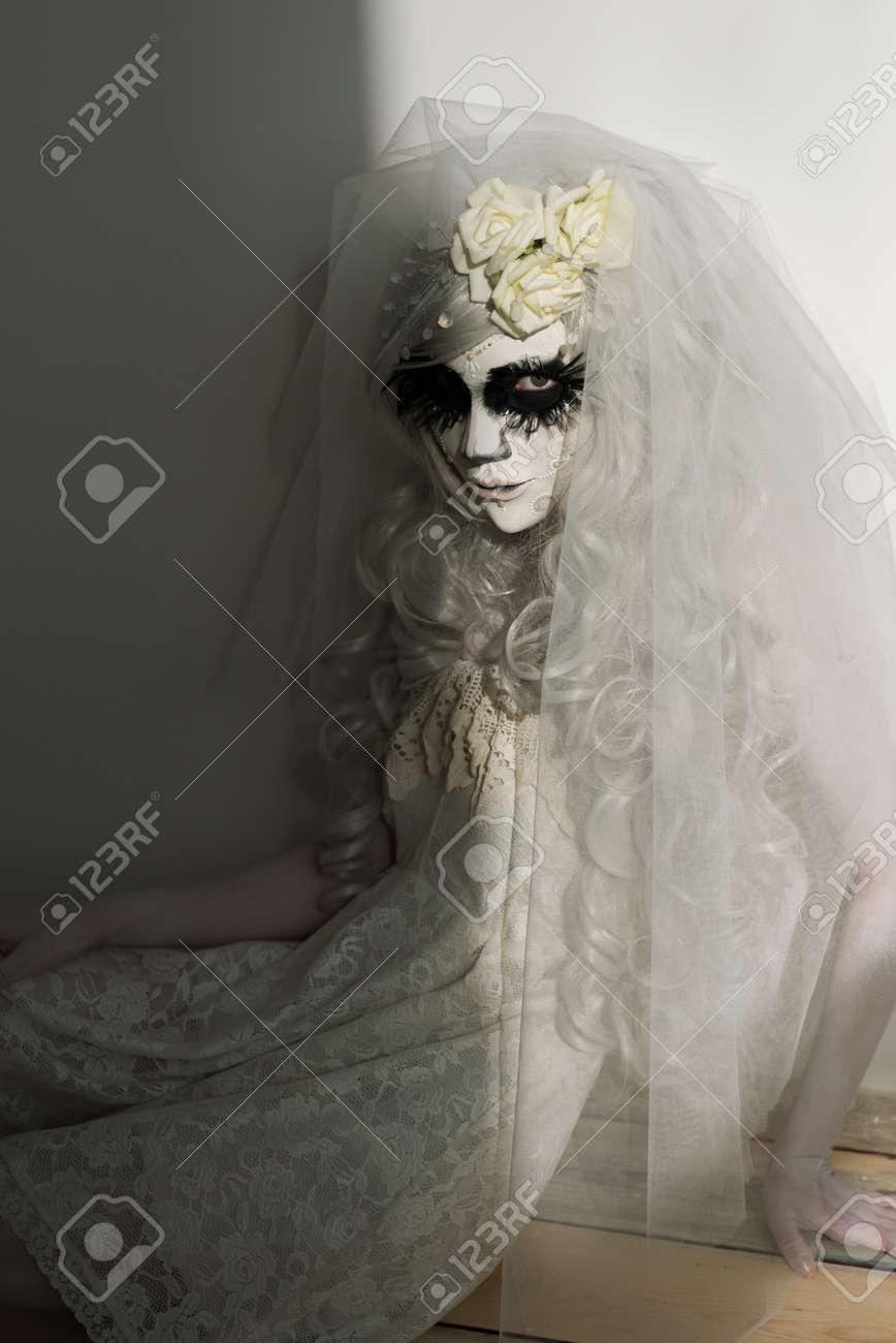Sorciere Halloween Belle Femme Portant Masque Santa Muerte Et Robe De Mariee Veuve Morts Dans La Douleur Banque D Images Et Photos Libres De Droits Image 32248702
