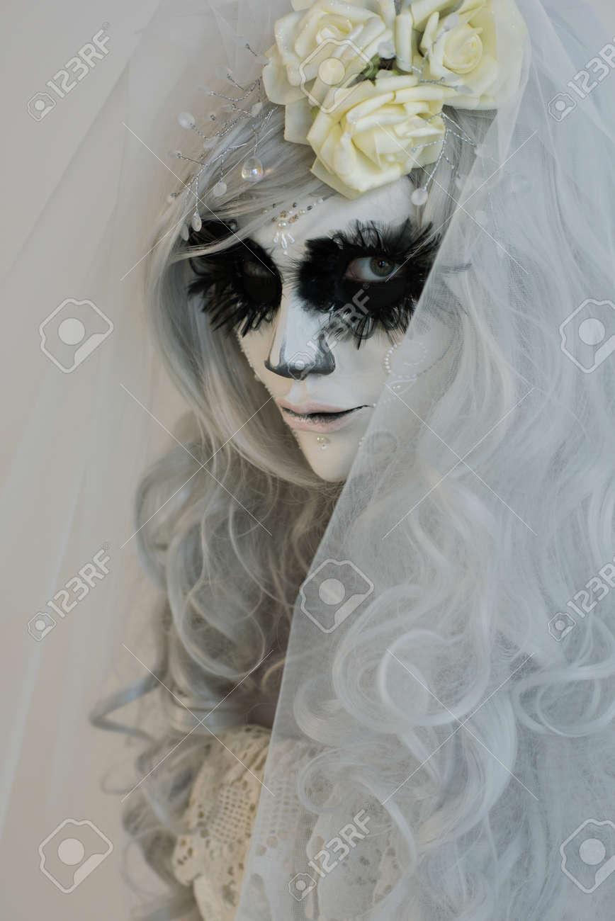 Sorciere Halloween Belle Femme Portant Un Masque De Santa Muerte Et Robe De Mariee Banque D Images Et Photos Libres De Droits Image 32248705