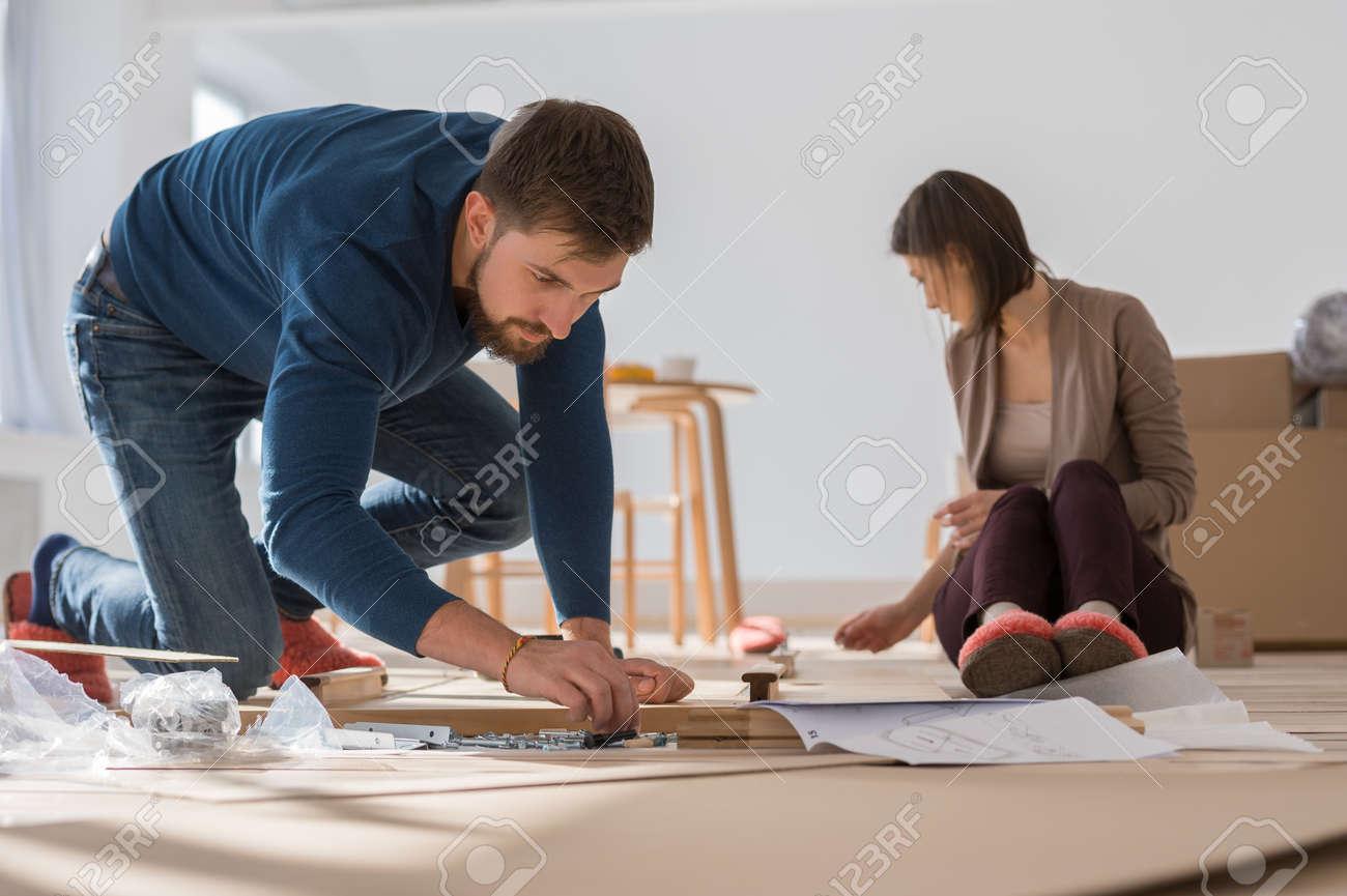Lovely Glückliche Junge Paare, Die Zusammenselbstmontage Möbel, Wie Sie In Ihr Neues  Haus Zu Bewegen