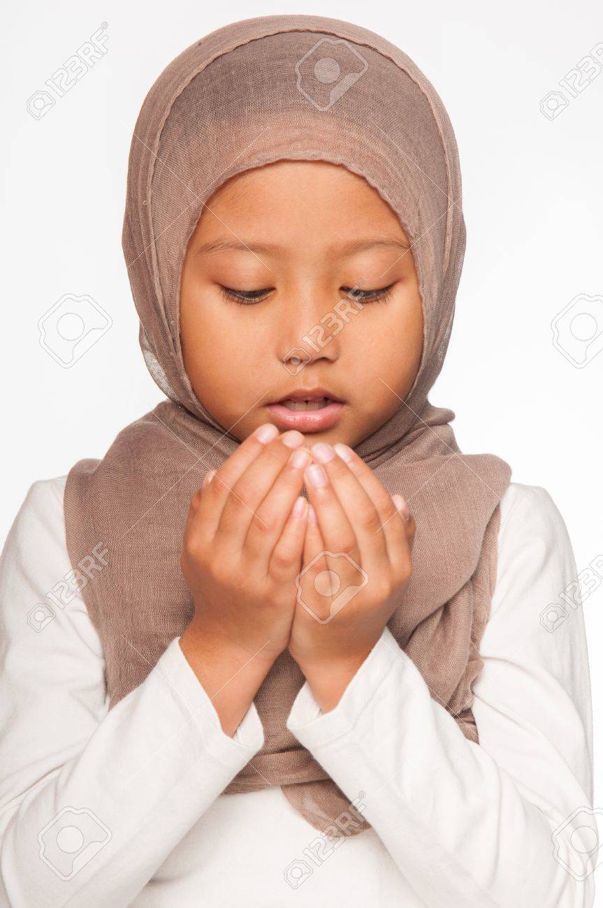 87ef56cb4d7 Banque d images - Une jeune fille portant le foulard malaise peu la tête  comme un costume islamique