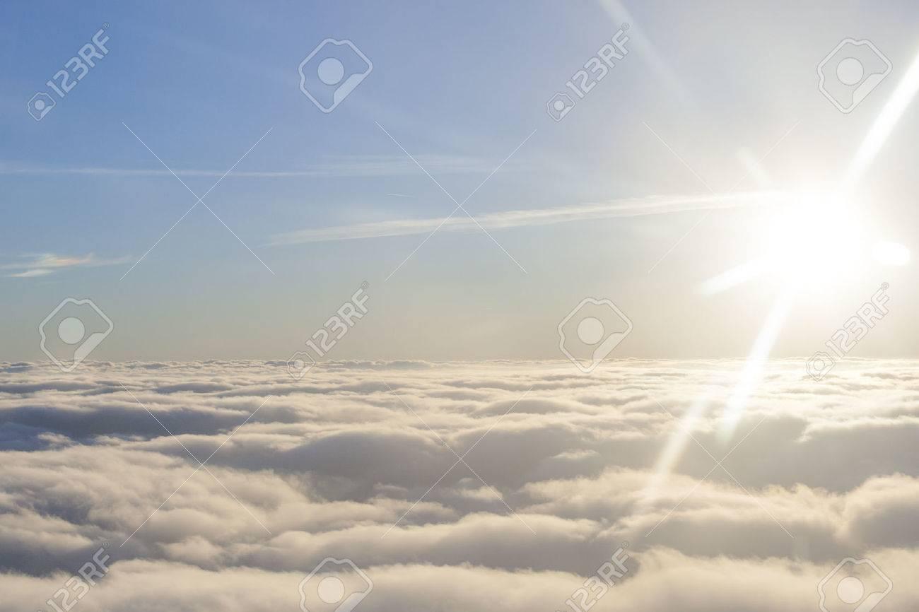 太陽と雲の上に高く ロイヤリテ...