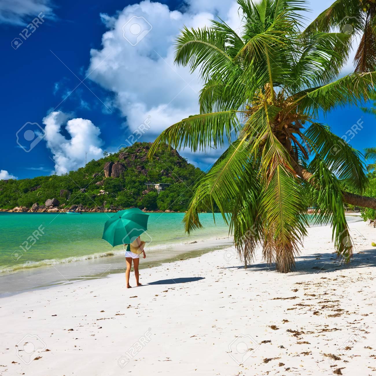 Frau Mit Sonnenschirm Am Schonen Strand Auf Den Seychellen