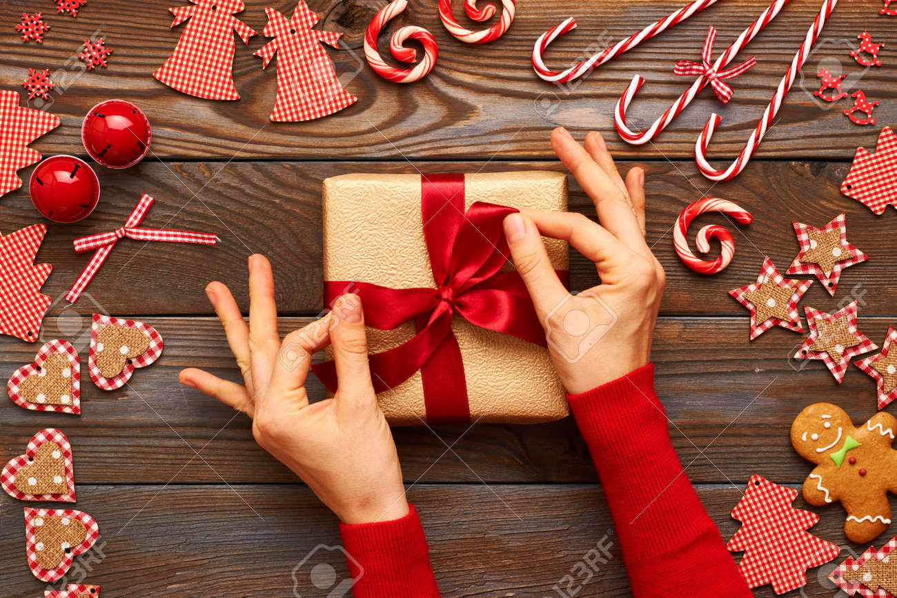 Weibliche Hände Auf Weihnachtsgeschenk Und Hausgemachte Lebkuchen ...