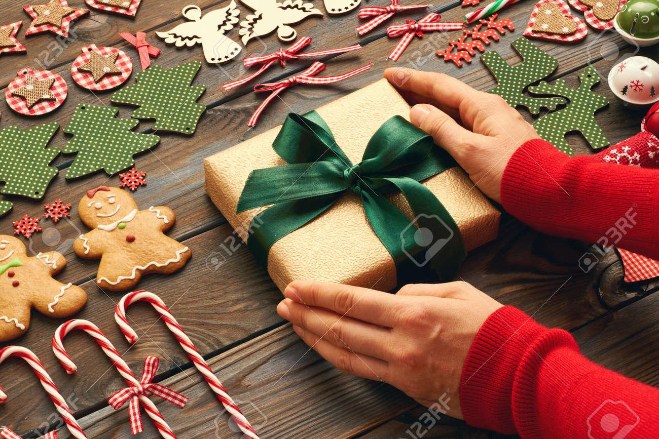 Weibliche Hände über Weihnachtsgeschenk Und Hausgemachten Lebkuchen ...