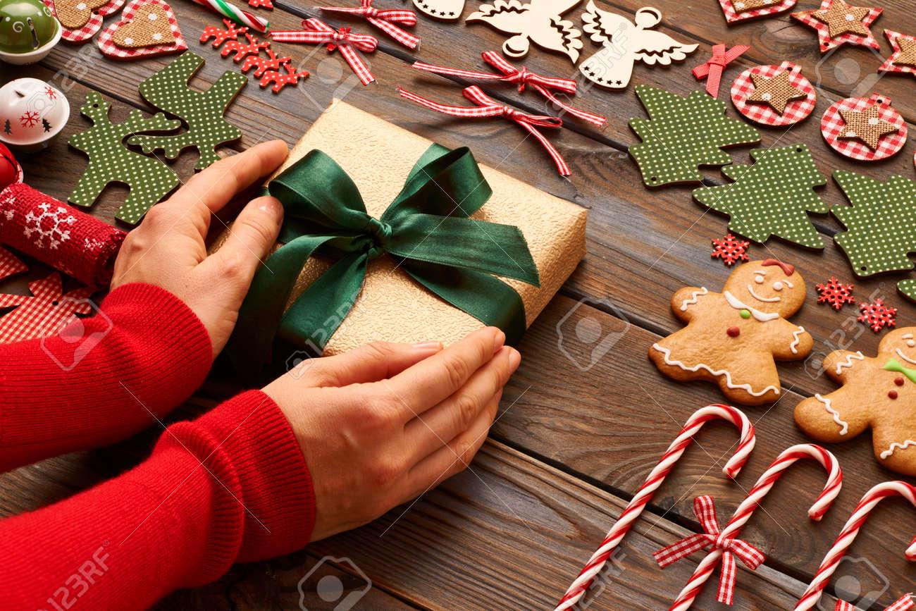 Weibliche Hände über Weihnachtsgeschenk Und Hausgemachte Lebkuchen ...