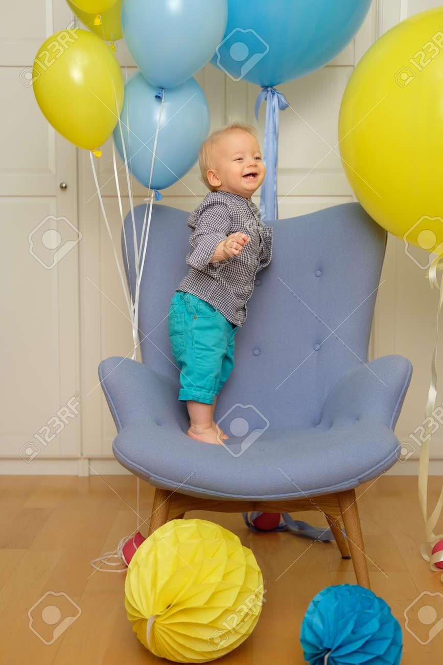 Verjaardag Peuter.Een Jaar Oude Babyjongen Eerste Verjaardag Peuter Kind Zit In Stoel En Plezier Met Ballonnen