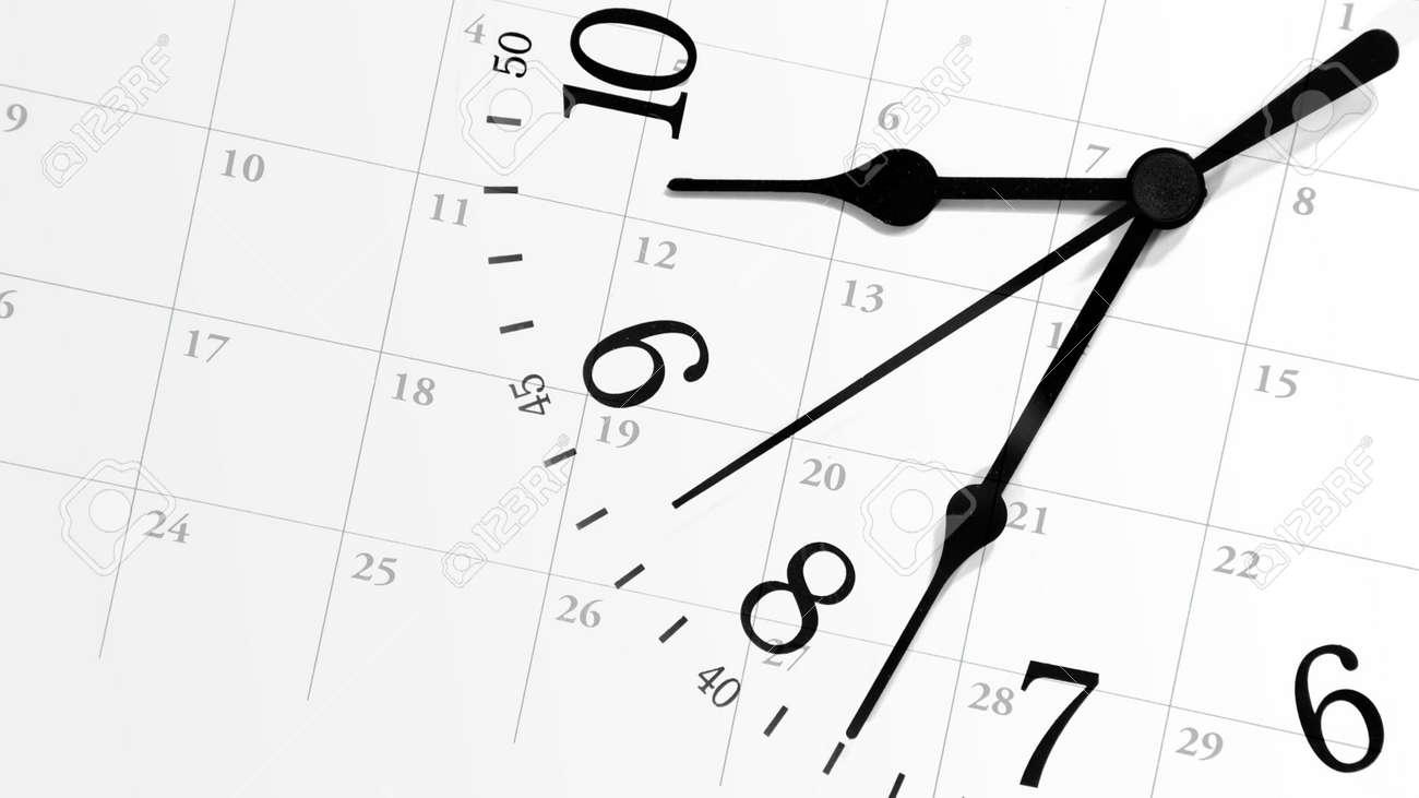 Visualizza Calendario.Un Orologio Bianco Con Numeri E Contro Uno Sfondo Calendario Visualizzazione Delle Date Di Un Mese Puo Rappresentare Una Pianificazione Di Nomina O