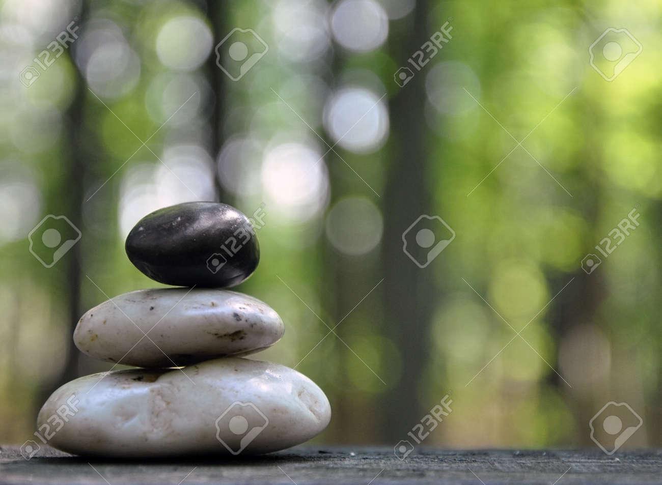 una pila de tres piedras zen estn en el bosque con rboles en el fondo para - Piedras Zen