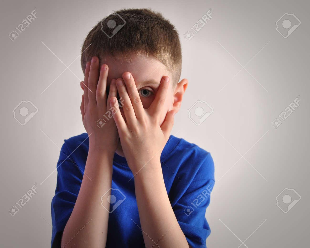 Immagini Stock - Un Bambino Si Nasconde Gli Occhi Con Le Mani E Guarda  Spaventato O Turbato Il Ragazzo è Isolato Su Uno Sfondo Bianco Per Un  Concetto Di Paura O Tristezza