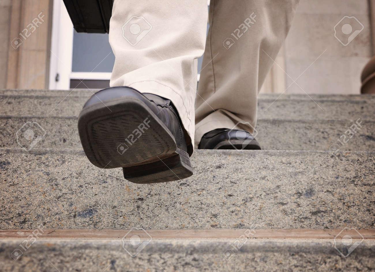 Un homme daffaires se retire dans les escaliers dans un bureau pour