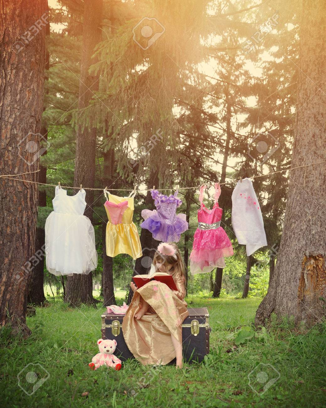 Ein Kleines Mädchen Ist Up Wie Eine Prinzessin Mit Einem Buch In Den ...
