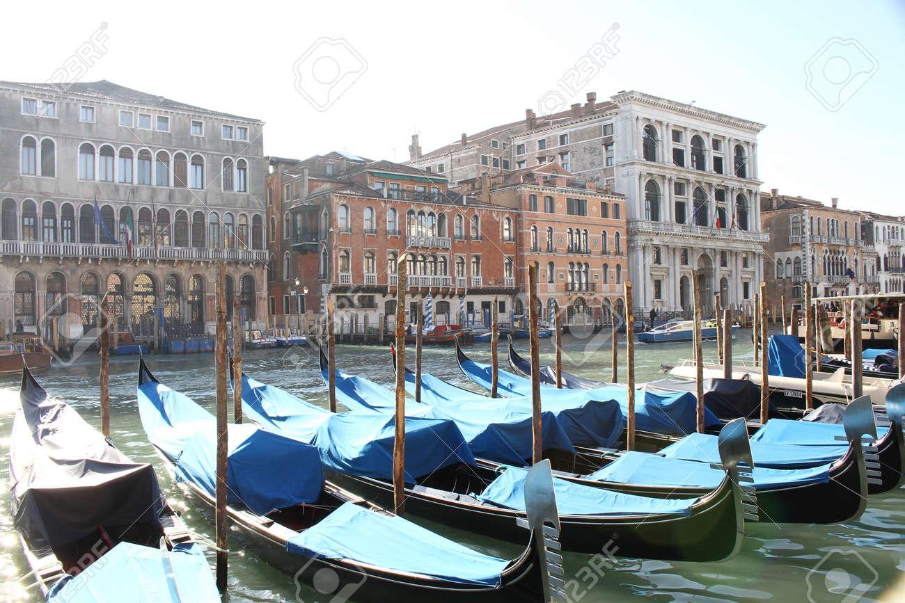 ヴェネツィアの大運河と建物です。ゴンドラ、ボート、小型ボート 1 つの