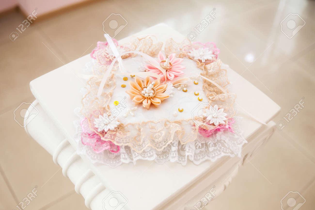 Goldene Hochzeit Ringe Auf Weissen Kissen Mit Rosa Blumen Geschmuckt