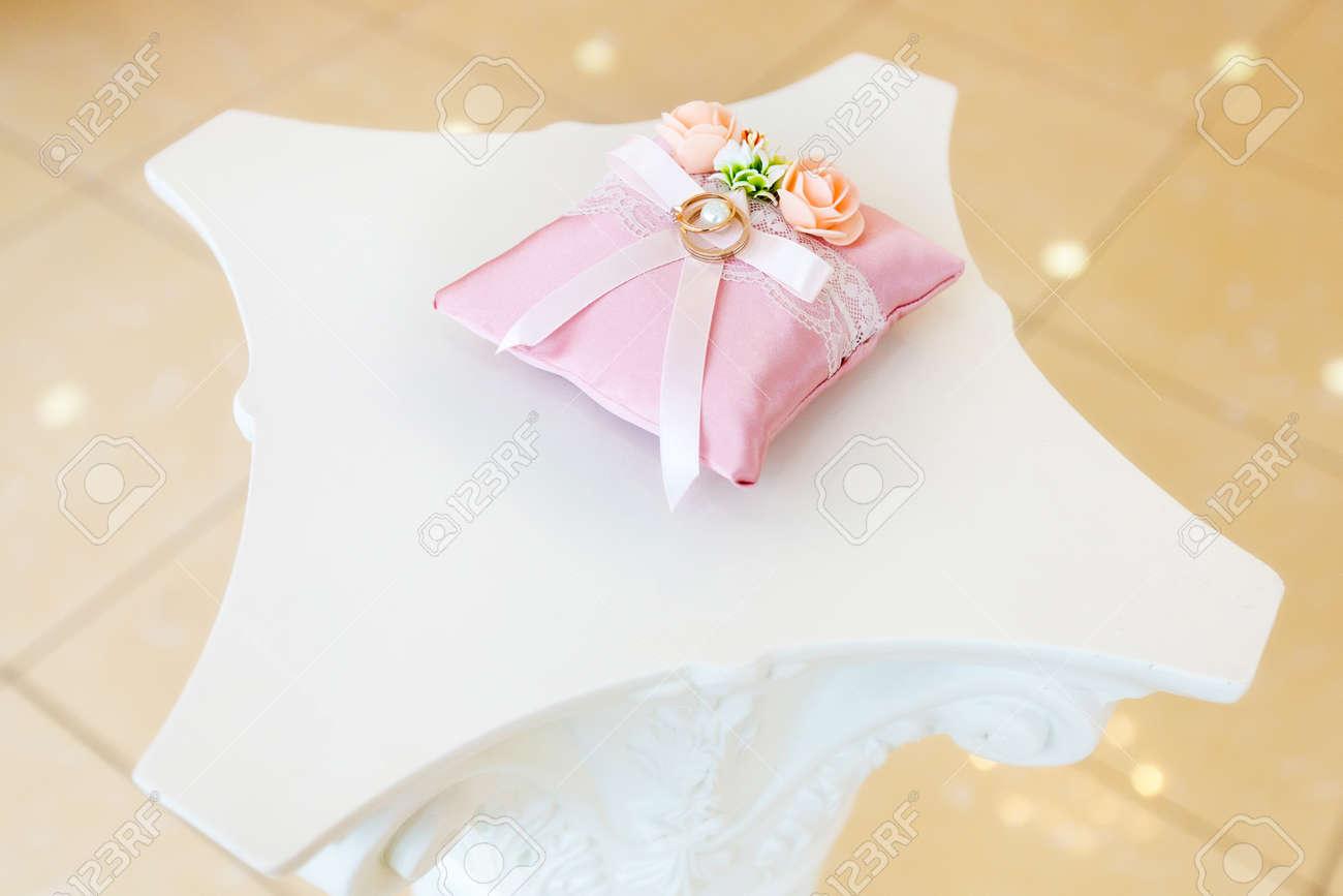 Ringe Der Goldenen Hochzeit Auf Dem Weissen Kissen Verziert Mit Rosa