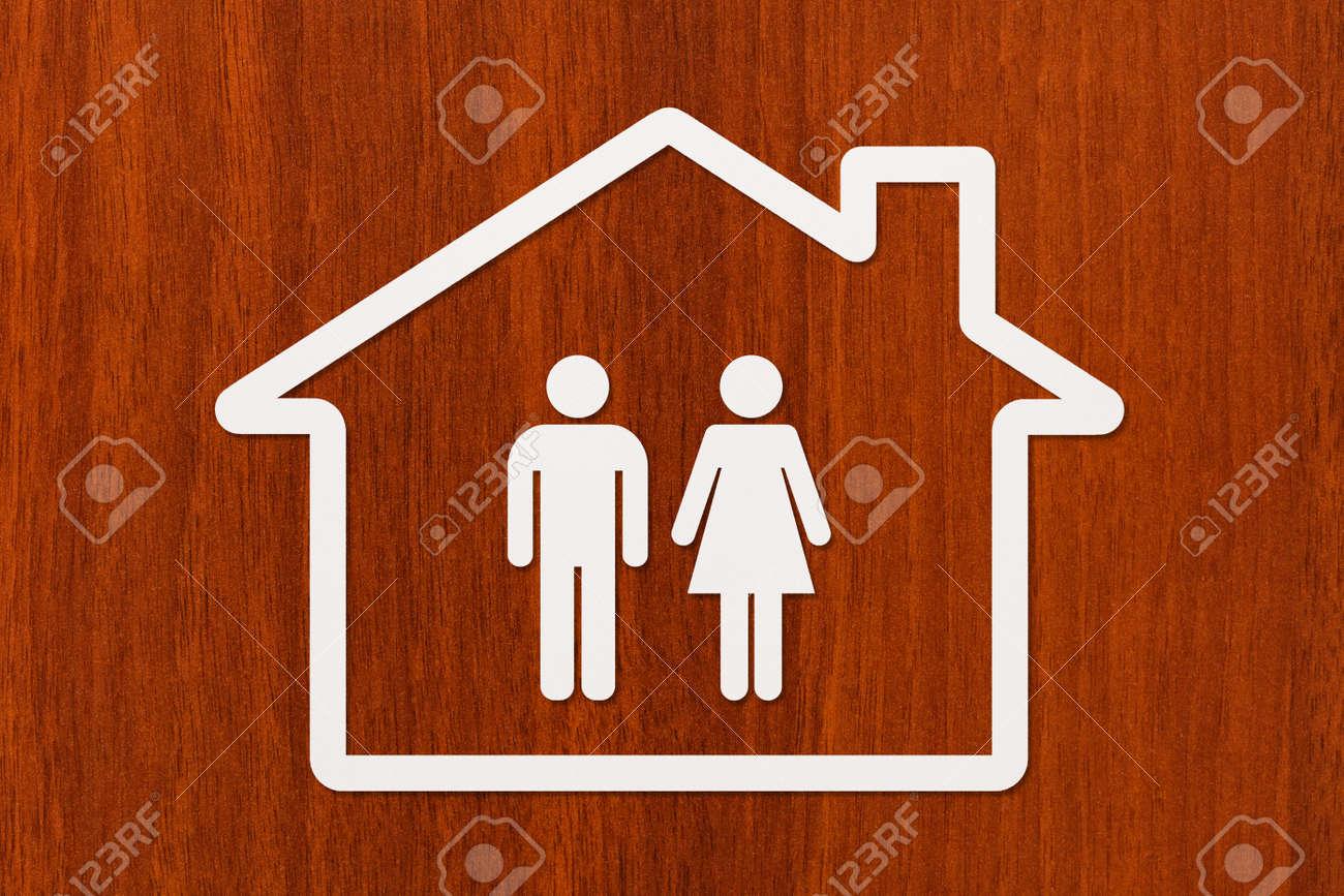Papier-Haus Mit Mann Und Frau Im Inneren Auf Hölzernen Hintergrund ...