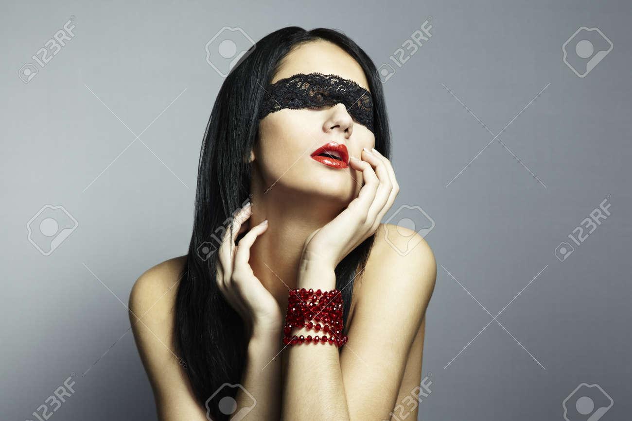 Фото красивых девушек с завязанными глазами 7 фотография