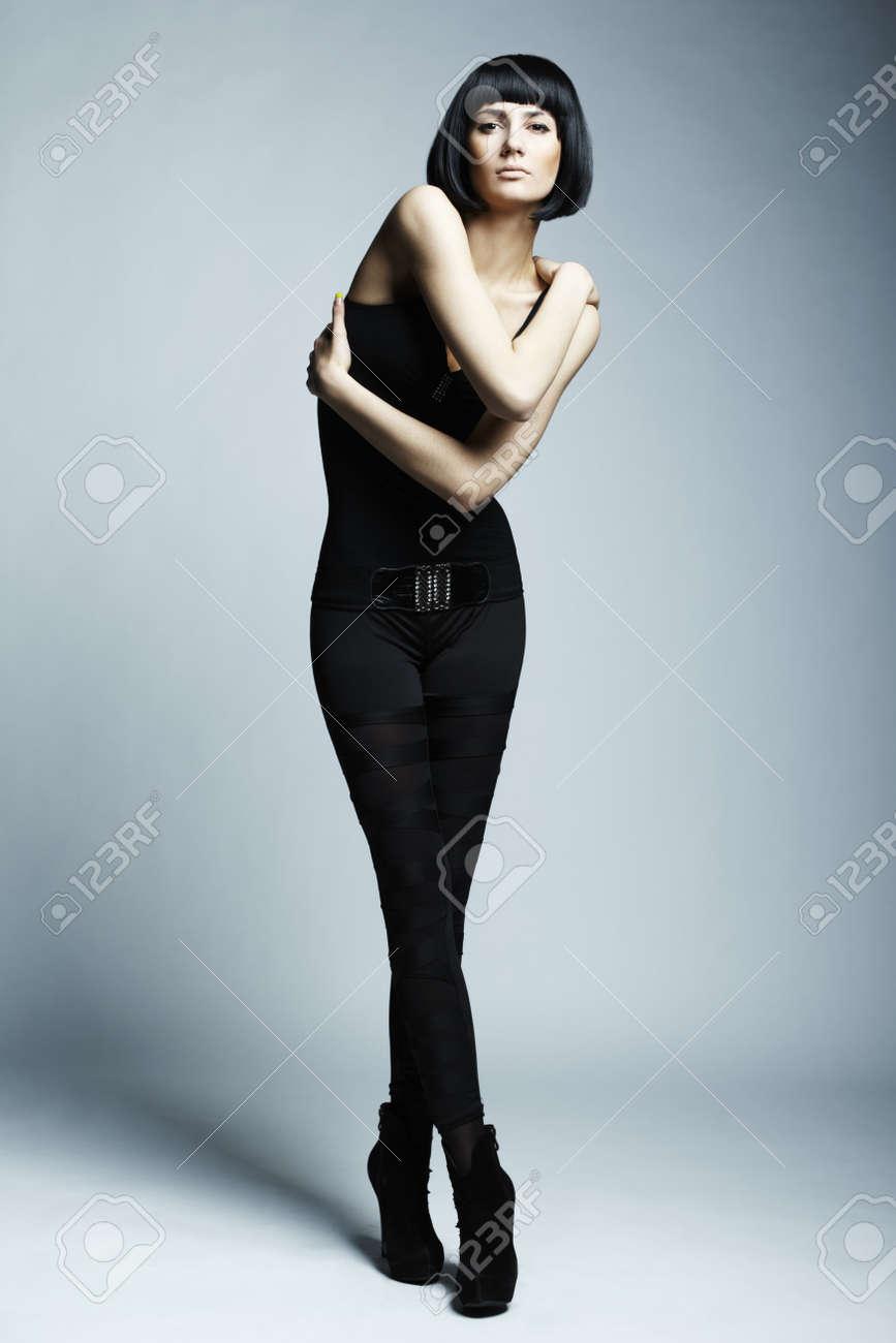 若い足の長い女性のファッション...