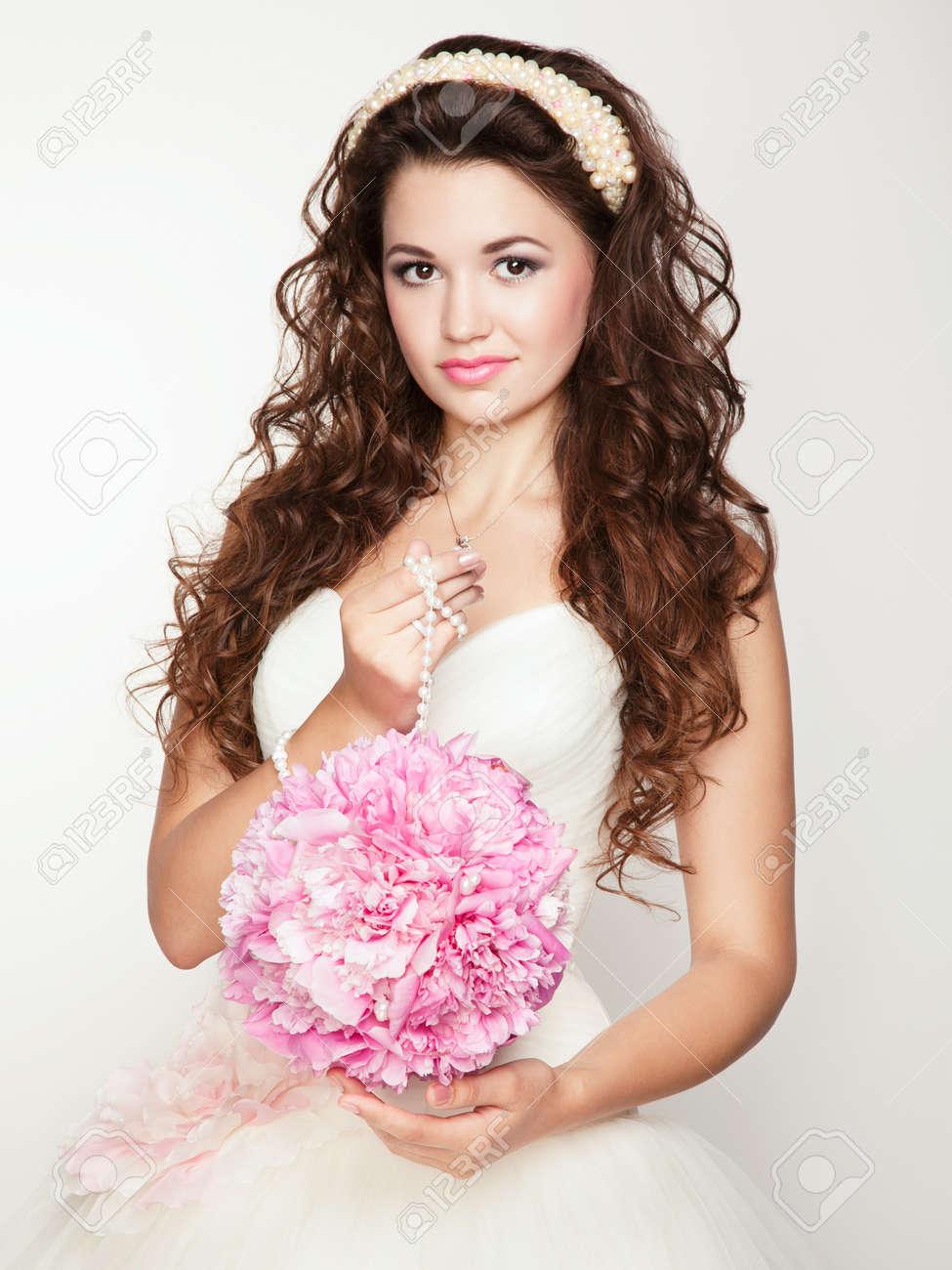 Прически на свадьбу для квадратного лица фото