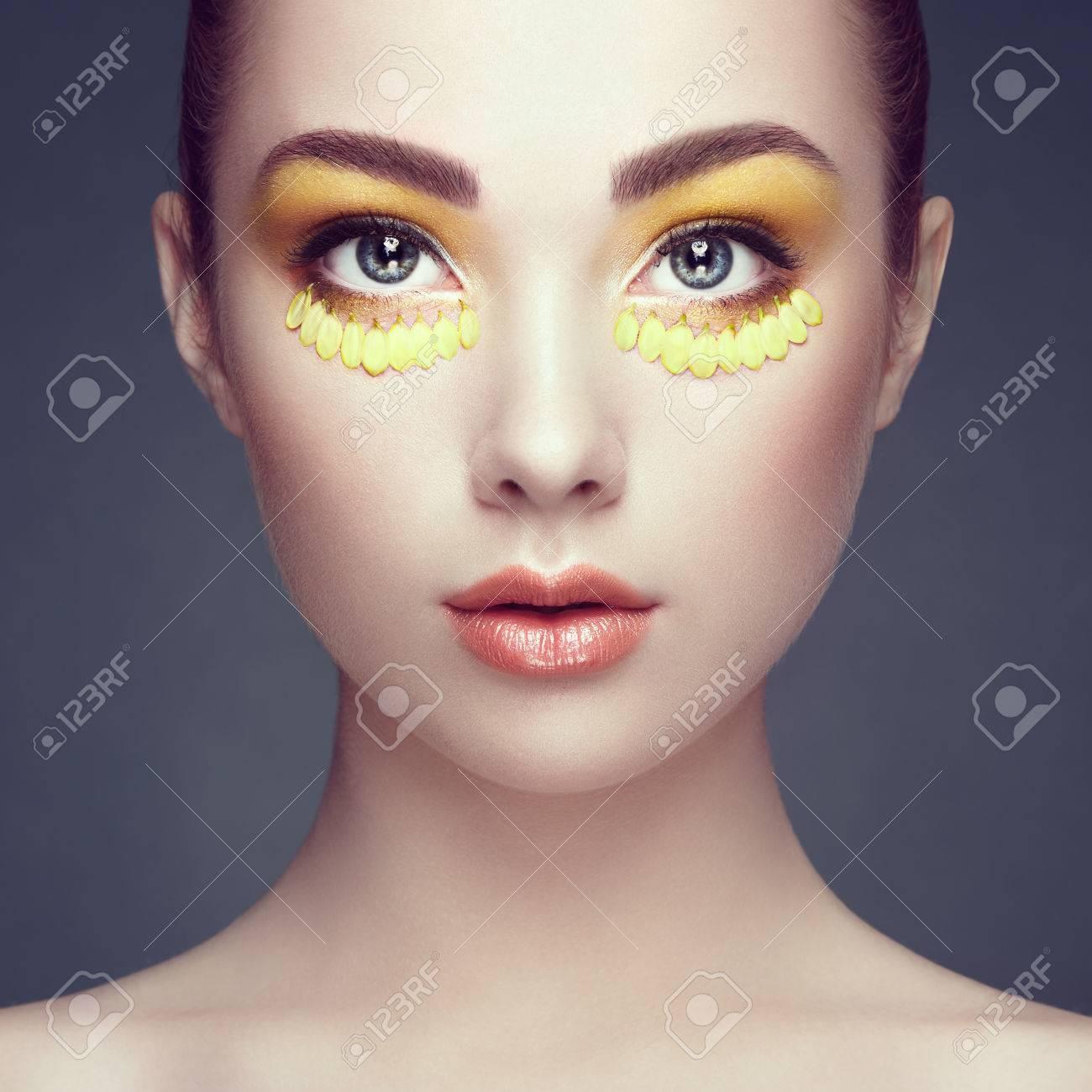 Visage De La Belle Femme Décorée De Fleurs Maquillage Parfait Mode