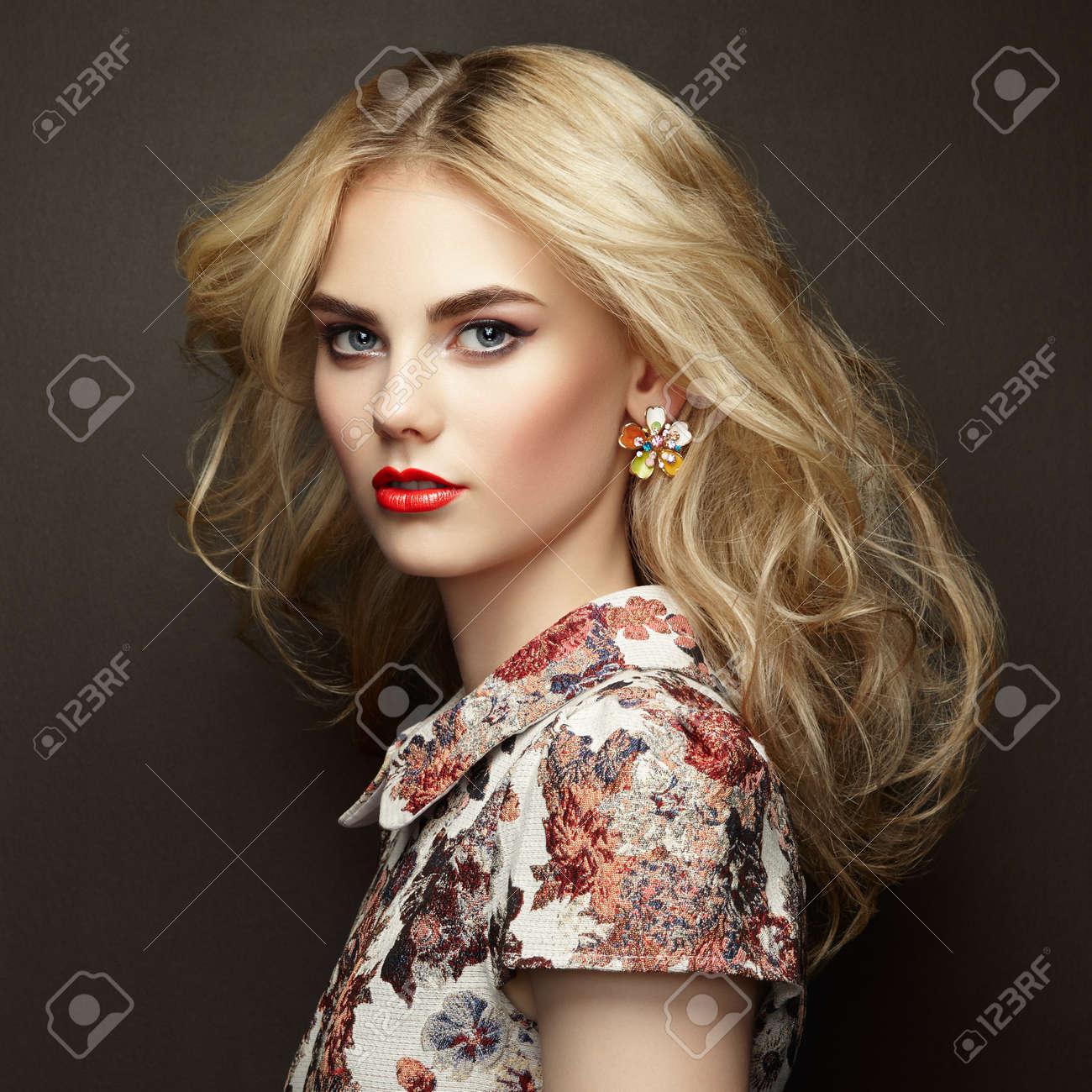Portrait De La Belle Femme Sensuelle Avec Coiffure Elegante