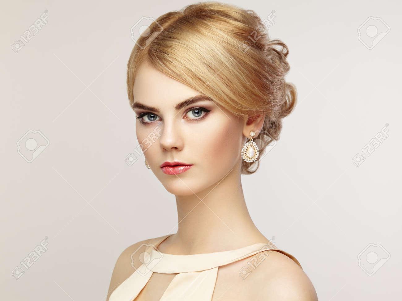 peinados retrato de la hermosa mujer sensual con elegante estilo de peinado maquillaje perfecto