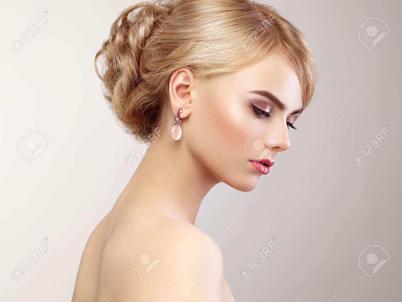 retrato de la hermosa mujer sensual con elegante estilo de peinado maquillaje perfecto chica