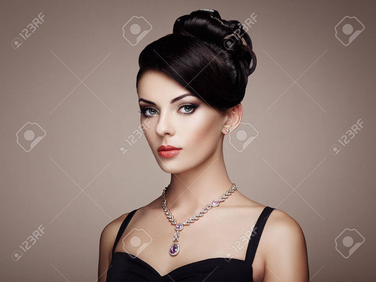 Fashion portrait of young beautiful woman with jewelry and elegant hairstyle. Brunette girl. Perfect make-up. Beauty style woman with diamond accessories - 62519855