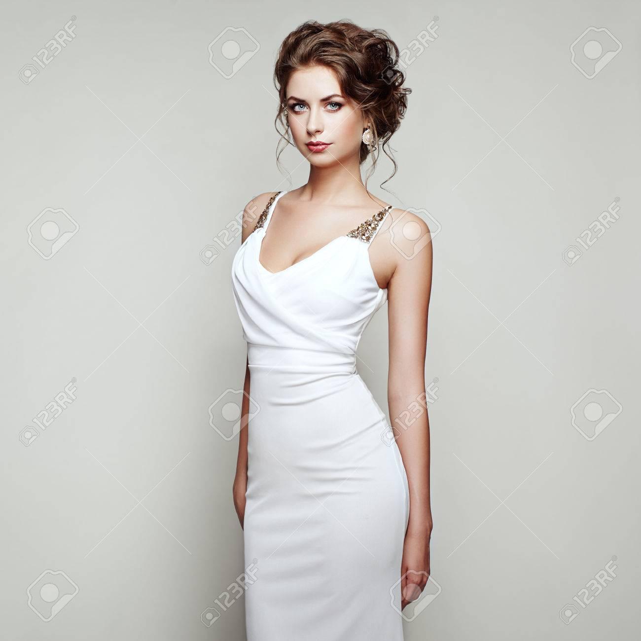 De Fashion Élégante Belle BlancheFille Portrait Avec La Femme Robe WH29IED