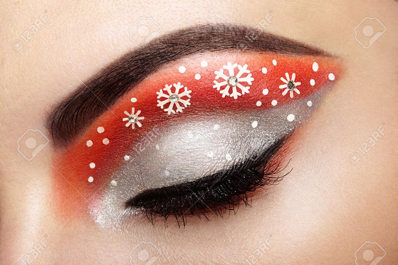 Fille makeover yeux des flocons de neige. maquillage d\u0027hiver de noël. mode  beauté. Cils. Fard à paupières cosmétique. détail de maquillage. Creative