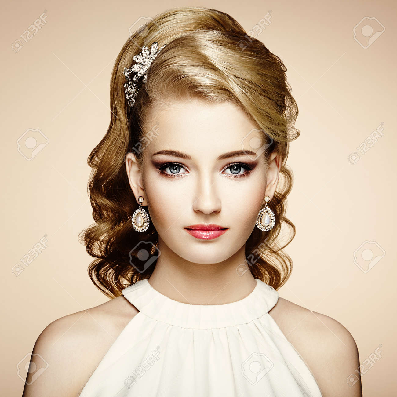 Fashion portrait of young beautiful woman with jewelry and elegant hairstyle. Blonde girl with long wavy hair. Perfect make-up. Beauty style woman with diamond accessories - 65966314